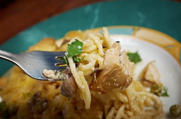 O tetrazzini é um prato americano. espaguete com frango, cogumelos e queijo parmesão ralado fresco.