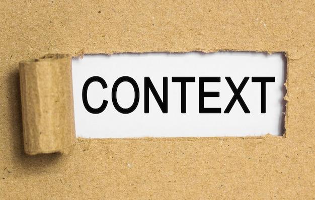 O texto contexto. atrás de papel pardo rasgado. imagem do conceito de negócio
