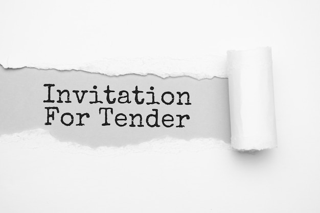 O texto convite para oferta aparecendo atrás de um papel pardo rasgado