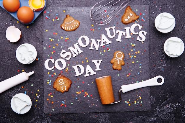 O texto é o dia da cosmonáutica e biscoitos em forma de astronauta, foguete, disco voador e alienígena.