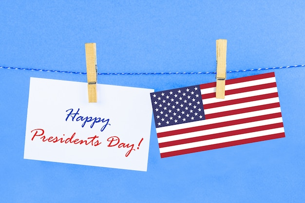 O texto feliz dia dos presidentes e uma bandeira dos estados unidos.