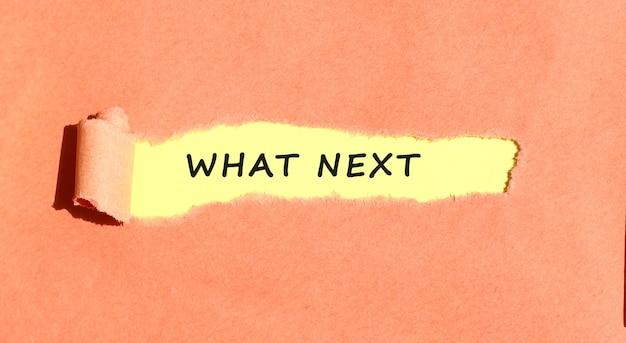 O texto que aparece em papel amarelo atrás de papel rasgado de cor.