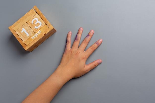 O texto sou canhoto escrito na palma da mão de uma mulher canhota
