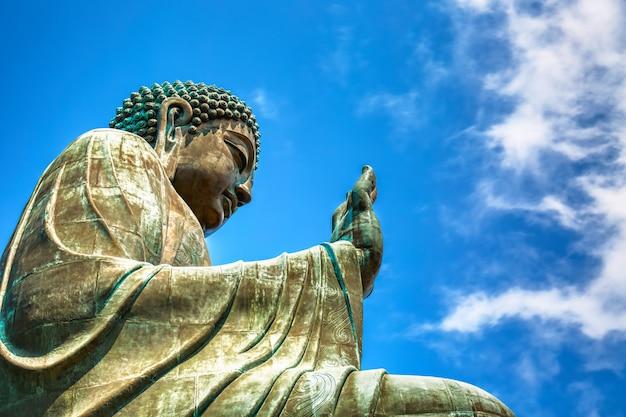 O tian tan buddha grande no po lin monastery em hong kong durante o dia ensolarado do verão.