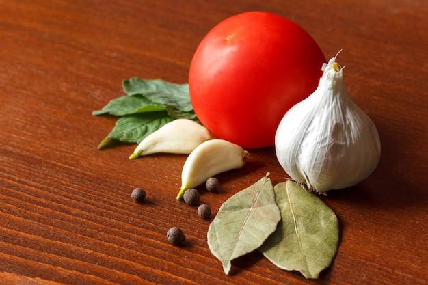 O tomate e o alho vermelhos com especiarias estão na tabela.