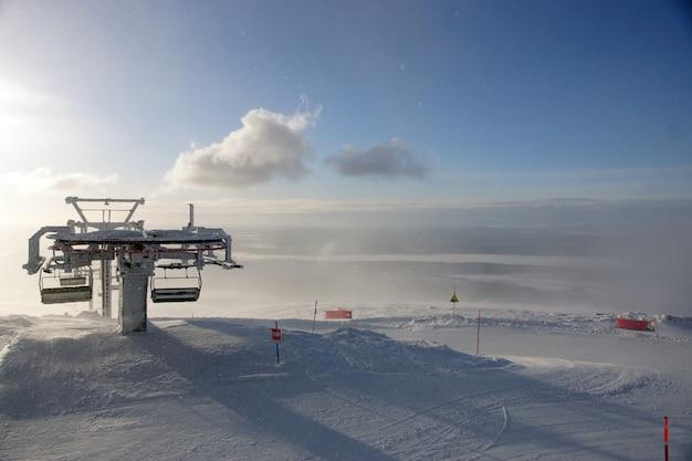 O topo da montanha com teleférico na neve no inverno no norte.