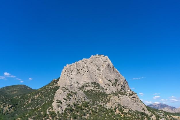 O topo da montanha em um dia ensolarado