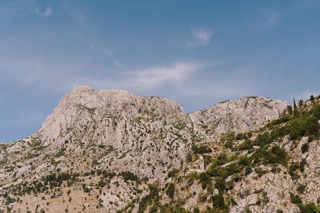 O topo das montanhas rochosas em boka kotorska em montenegro na baía de kotor