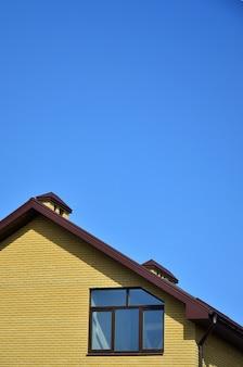 O topo de um edifício residencial de tijolos amarelos