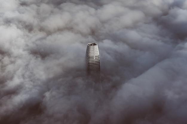 O topo do edifício mais alto de são francisco, envolto em nuvens