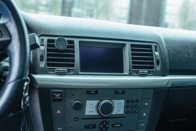 O torpedo e o painel de controle do carro. o conceito de carros usados