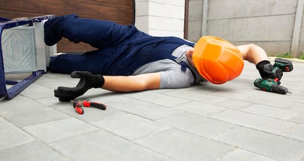 O trabalhador caindo da escada enquanto trabalhava perto de casa