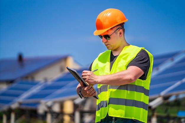 O trabalhador da energia verde está conduzindo uma visita de inspeção no local na nova base de energia.
