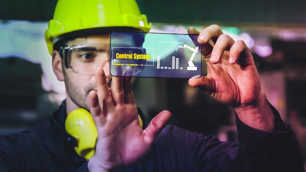 O trabalhador da fábrica usa um futuro dispositivo de tela holográfica para controlar a fabricação