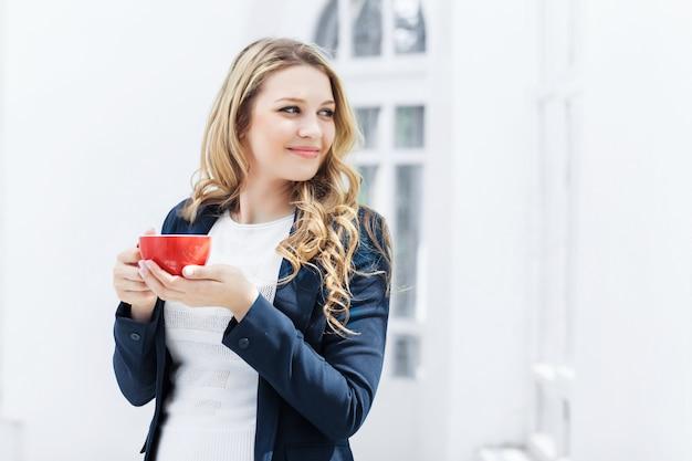 O trabalhador de escritório feminino tendo coffee-break