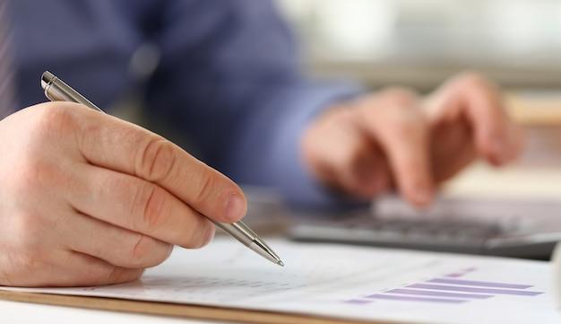 O trabalhador do banco faz o conceito de contabilidade da renda do negócio
