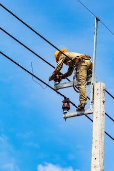 O trabalhador elétrico está reparando o sistema elétrico