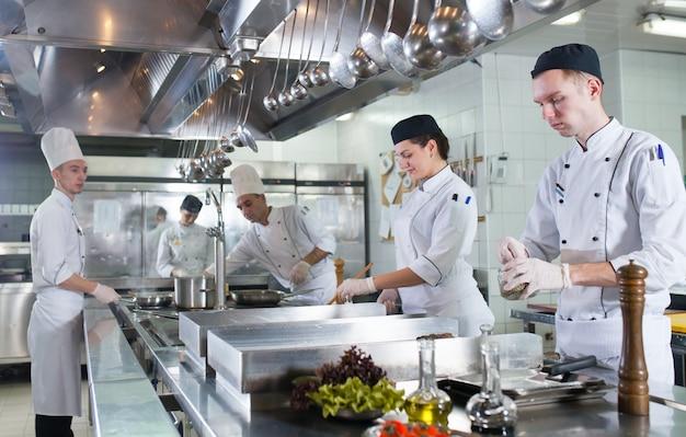 O trabalho do cozinheiro na cozinha do restaurante.