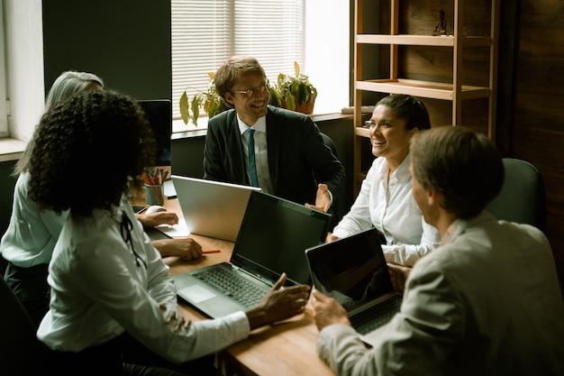 O trabalho em equipe compartilha suas ideias