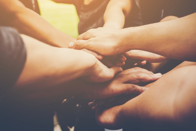 O trabalho em equipe empresarial junta as mãos juntas. conceito de trabalho em equipe empresarial