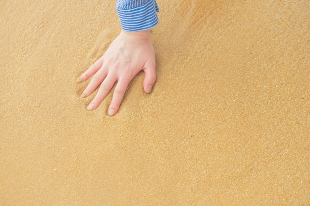 O traço de uma mão na areia