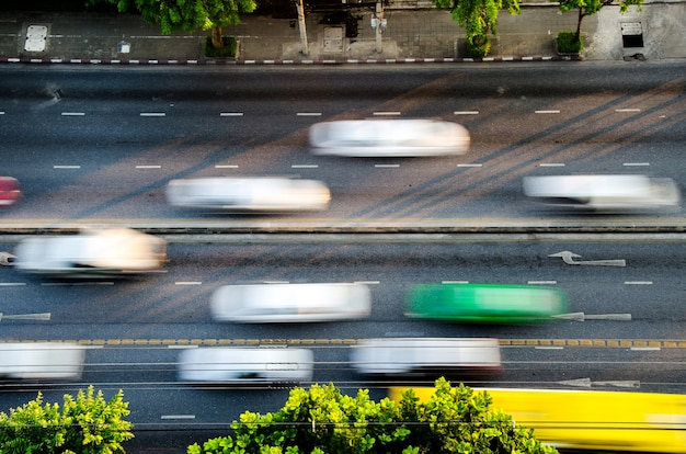 O tráfego na estrada em bangkok