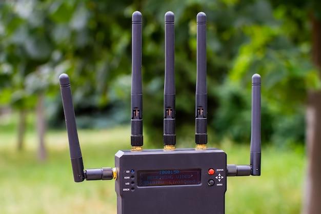 O transmissor de vídeo sem fio está operacional durante o processo de filmagem.