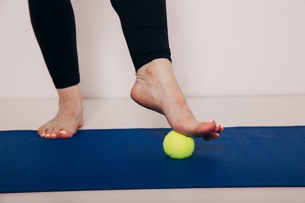 O tratamento da bola de tênis - a bola aplicará pressão no local dolorido e aumentará o procedimento