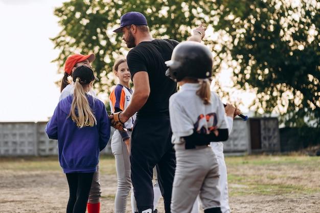 O treinador dá instruções aos alunos antes do jogo