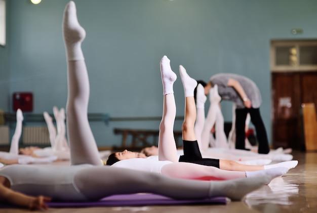 O treinamento de jovens bailarinos no estúdio de balé.