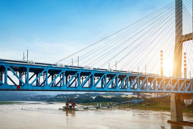 O trem de alta velocidade corre em alta velocidade na ponte ferroviária.