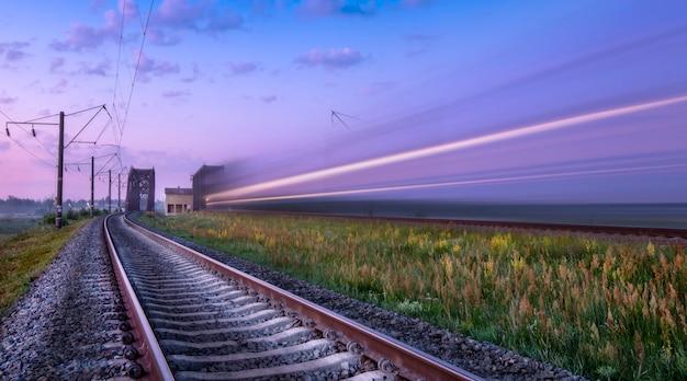 O trem de passageiros foi baleado ao amanhecer em longa exposição.