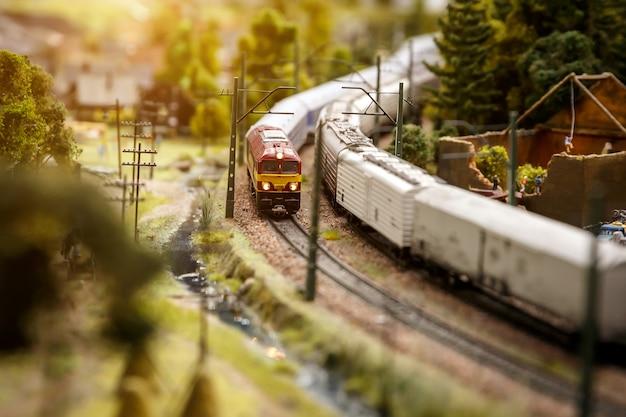 O trem está passando pela floresta.