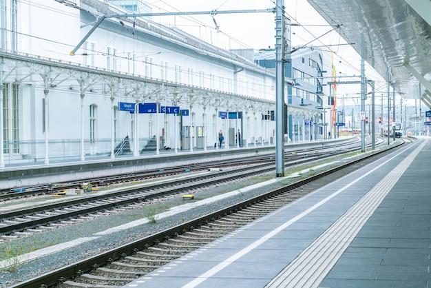 O trem regional parou na plataforma da estação ferroviária. passageiros vão para a plataforma