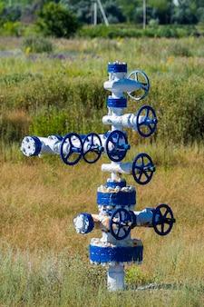 O tubo e a válvula dos campos de petróleo. equipamentos para o desenvolvimento de petróleo e gás.