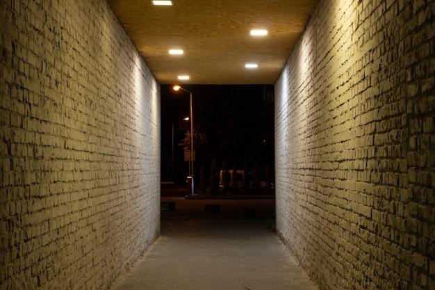 O túnel é iluminado à noite