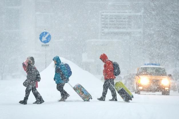 O turista andando na neve