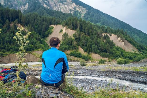 O turista descansa nas montanhas de svaneti.