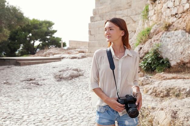 O turista perto da acrópole de atenas, grécia