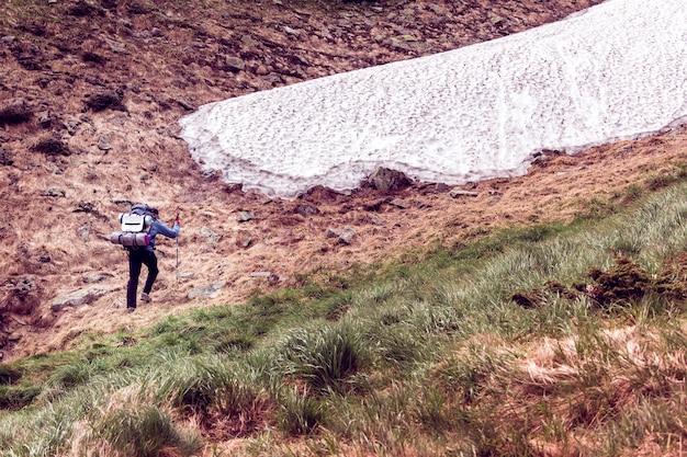 O turista sobe ao topo das montanhas