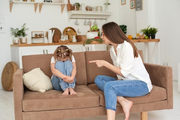 O tutor ou mãe repreende a filha por mau comportamento ou pela escola. problemas familiares.