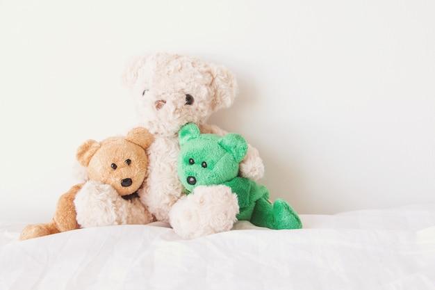 O ursinho de pelúcia em um abraço com amor