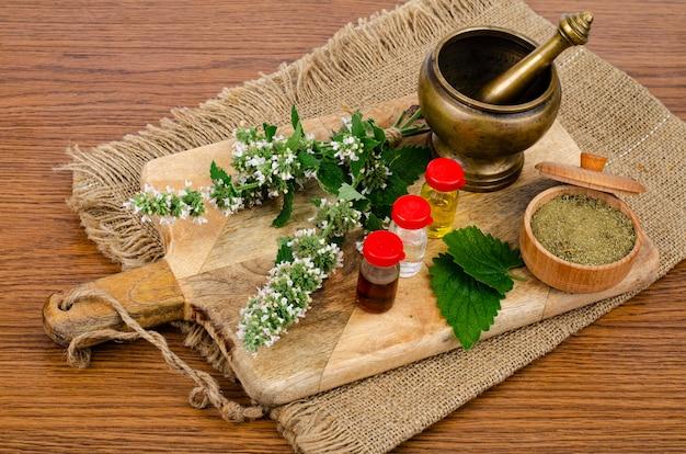 O uso de ervas na medicina popular, frascos de tinturas.