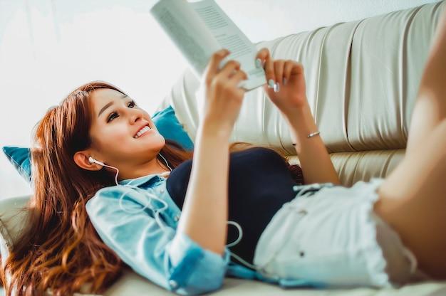 O uso do tempo livre lendo livros, ouvindo música.