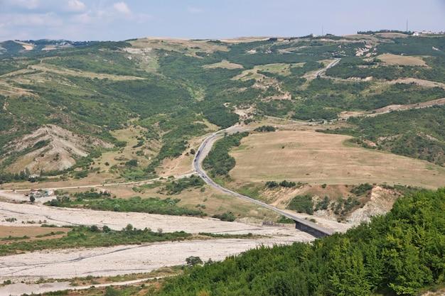 O vale nas montanhas do cáucaso, azerbaijão