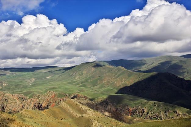 O vale nas montanhas do cáucaso da armênia