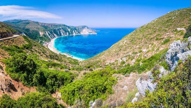 O vale vai para a bela praia de myrtos na ilha de kefalonia, grécia