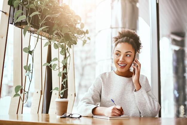 O valor de uma ideia está em usá-la atraente mulher de negócios trabalhando