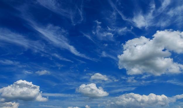 O vasto céu aéreo azul e nuvens céu dia ensolarado
