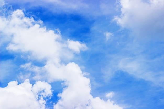 O vasto céu é brilhante e belas nuvens brancas da nova manhã.